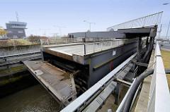 Die neue Schleuse zum Fischereihafen Bremerhaven wird in Gang gesetzt, die Straßenbrücke wird zur Seite gefahren.