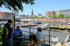 Blick vom Kehrwieder zum Hamburger Binnenhafen, im Hintergrund der Michel, eines der Hamburger Wahrzeichen.