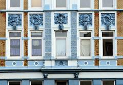 Gründerzeitarchitektur mit Relief-Porträts als Hausfassadendeor; Wohnhaus in der Stresemannstraße von Bremerhaven.