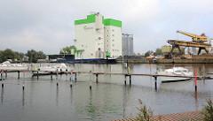 Einige Segelschiffe liegen im Yachthafen beim Fischereihafen von Bremerhaven.