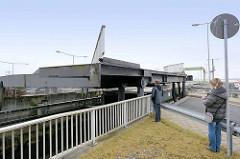 Die neue Schleuse zum Fischereihafen Bremerhaven wird in Gang gesetzt, die Straßenbrücke wird zur Seite geklappt.