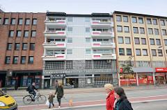 Wohnhäuser / Geschäftshäuser mit unterschiedlicher Fassadengestaltung, Grashoffstraße in Bremerhaven.