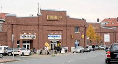 Historische Architektur in Bremerhaven - Packhalle V im Fischereihafen; jetzt Nutzung durch Geschäfte.