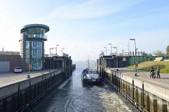 Das Schleusentor der Schleuse am neuen Hafen in Bremerhaven ist geöffnet, das Tankmotorschiff fehlt in die Weser ein.