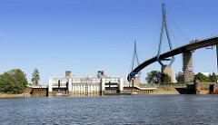 Rugenberger Hafen in Hamburg Waltershof - Blick auf die neugebaute Schleuse zum Köhlbrand / Süderelbe.