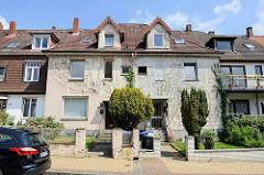 Einstöckiges Doppelhaus mit Dachausbau - unterschiedlicher Fassadengestaltung in Hamburg Wilstorf.