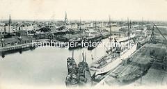 Alte Hafenansicht von Bremerhaven, Passagierschiffe und Frachter im Kaiserhafen, dahinter der neue Hafen.