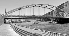 Fußweg  entlang des Zollkanals zur Elb-Promenade; Blick zur Niederbaumbrücke und dem Hamburger Binnenhafen.