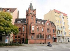 Ebenezer Kapelle in Bremerhaven, Pestalozzistraße; Backsteingebäude mit Turm zwischen Wohnhäusern.