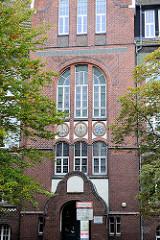 Eingang der Wilhelm Raabe Schule in Bremerhaven - Geestemünde, erbaut 1908 - Architekt Karl von Zobel.