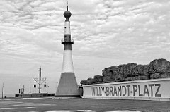 Willy Brandt Platz in Bremerhaven, Leuchtturm / Unterfeuer beim neuen Hafen - im Hintergrund die Weser und der Windsemaphor