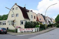 Doppelhäuser mit abgerundetem Mansarddach - Einstöckige Wohnhäuser mit Dachausbau und unterschiedlicher Fassadengestaltung in Hamburg Wilstorf, Bezirk Harburg.