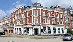 Mehrstöckiger Wohnblock / Eckbebauung mit Eckkneipe - Baustil Historismus; Architektur im Hamburger Stadtteil Wilstorf.