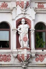 Stuckfigur als Fassadendekoration - sogenannte Rudelsburg, Mietshaus / Geschäftshaus Bremerhaven; erbaut 1899 - Architekt H.F. Kistner.