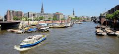 Panorama vom alten Hamburger Binnenhafen, Blick in den Zollkanal der ehemaligen Grenze zum Hamburger Freihafen.