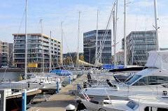 Der Neue Hafen in Bremerhaven, Marina mit Sportbooten - moderne Architektur der Wohnhäuser am Hafenrand.