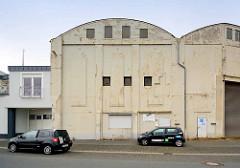 Architektur beim Fischereihafen von Bremerhaven - Halle, Lagergebäude mit Rundbogendach.