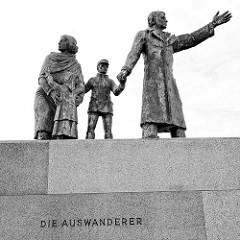 Bronzeskulptur Die Auswanderer - Vater, Mutter, Kinder / Mädchen, Junge; Hafen in Bremerhaven, Bildhauer Frank Varga, 1986