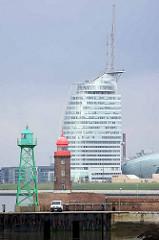 Positionstürme / Leuchtfeuer für die Einfahrt in die Geeste von Bremerhaven - im Hintergrund das Gebäude vom Atlantic Hotel Sail City.
