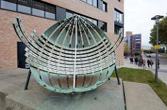 Äquatorialsonnenuhr in Bremerhaven; Werkstoff Bronze, Emaille - 1967.