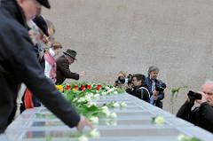 Die Tafeln mit den Namen der über 8000 deportenierten Juden, Sinti und Roma werden zum Gedenken mit weissen Rosen geschmückt.