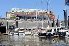 Hamburger Citysportboothafen am Baumwall; im Hintergrund die neu angelegte Elbpromenade, eine Terrasse mit Treppen lädt zum Sitzen in der Sonne ein.