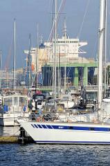 Blick über die Marina / Sportboothafen im Neuen Hafen von Bremerhaven; hinter den Masten der Segelschiffe die Frachter im Kaiserhafen.