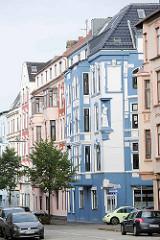 Restaurierte Gründerzeitarchitektur mit unterschiedlich farblich abgesetzten Fassaden; Goethestraße in Bremerhaven.