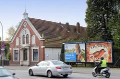 Historisches Wohnhaus mit Stuckverzierungen an der Fassade, große Werbeplakate / Straßenverkehr auf der Stresemannstraße Bremerhaven.