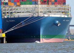 Bug der MOL TRIUMPH im  Waltershofer Hafen - Container Terminal Burchardkai in Hamburg; ein kleines Sportboot passiert den riesigen Frachter.