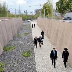 Fuge durch den Lohsepark - Strecke vom ehem. Bahnhofsvorplatz zum Bahnsteig.