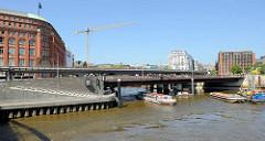 Mündung vom Alsterfleet in den Zollkanal / Binnenhafen; Links das Slomannhaus und der Fußweg zur  Elbpromenade.