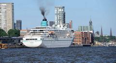 Das Kreuzfahrtschiff AMADEA liegt am Kreuzfahrtterminal von Hamburg Altona, schwarzer Qualm  steigt aus dem Schornstein vom Passagierschiff.