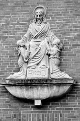 Skulptur am Pfarramt der Herz Jesu Kirche in Bremerhaven.