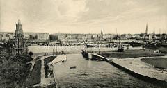 Historisches Panorama von Bremerhaven, Blick über den neuen Hafen statt; links Simon-Loschen-Leuchtturm.