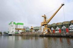 Kaianlage in Bremerhaven für die Verladung von Schüttgut - Trichteranlagen und Kräne.