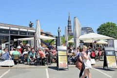 Sommer in der Hansestadt Hamburg - Cafés an der Brooksbrücke in der Hamburger Speicherstadt. Brücken-Skulpturen von Sankt Ansgar und Friedrich I.