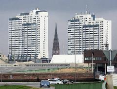 Hochhäuser vom Columbus Center in Bremerhaven, Architekt Peter Weber - erbaut 1979. In der Mitte der Kirchturm der Bürgermeister-Smidt-Gedächtnis-Kirche.