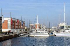 Der Neue Hafen in Bremerhaven, Marina mit Sportbooten - im Hintergrund Frachtschiffe im Kaiserhafen.