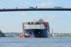 Der Containerfrachter E.R. Tianping läuft in den Hamburger Hafen ein; Schlepper und das 334.00 m lange Frachtschiff befinden sich unter der Köhlbrandbücke.