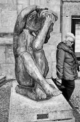 Bronzeskulptur Am Meer beim Stadttheater in Bremerhaven, Bildhauer Waldemar Grzimek.