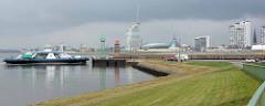 Panorama von Bremerhaven; eine Autofähre verlässt die Gestemündung und fährt über die Weser Richtung Nordenham.