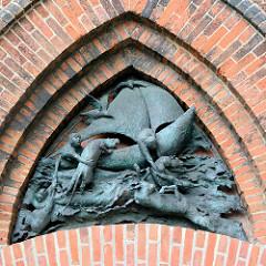Bronzeskulptur - Segelschiff im Sturm / Noah rettet Tiere in das Schiff - Bremerhaven.