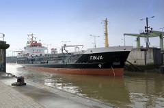 Das Tankschiff Finja fährt in die Doppelschleuse Fischereihafen Bremerhaven ein.