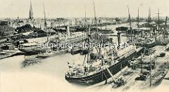 Historische Hafenansicht von Bremerhaven, Passagierschiffe und Frachter im Kaiserhafen, dahinter der neue Hafen.