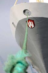 Schiffsbug eines Frachtschiffes mit Hamburg Wappen und Festmacherleine im Hafen von Bremerhaven.