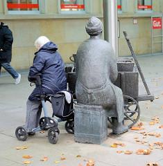 Skulptur Granatfrau / Krabbenverkäuferin in der Fußgängerzone von Bremerhaven.
