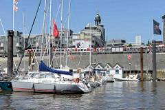 Sportboote in der Marina  am Baumwall in der Hamburger Innenstadt / Neustadt. Im Hintergrund die Verlagsgebäude von Gruner & Jahr.
