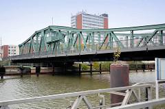 Alte Geestebrücke über die Geeste in Bremerhaven; historische Drehbrücke, erbaut 1904.