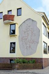 Fassadendekoration an einem Wohnhaus in Bremerhaven - Reh / Ricke mit Kitz.